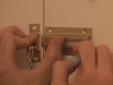התקנת שרשרת נעילה לדלת