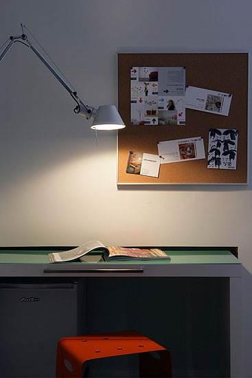 בכל חדר ימצאו האורחים לוח שעם עם הזמנות לתערוכות בעיר </br>וערכת עפרונות צבעוניים ובלוקים</br>(צילום: אברהם חי)
