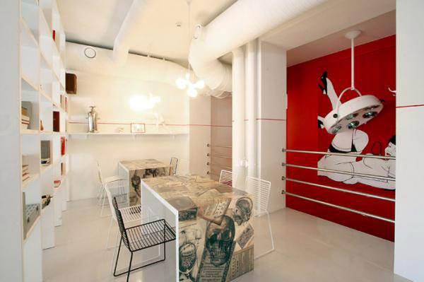 הקירות מעוטרים בציורים סוריאליסטיים ברוח הקונספט שנבחר לעיצוב</br>(צילום: האתר הרשמי)