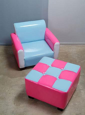 כורסא והדום מותאמים לקטנטנים,
