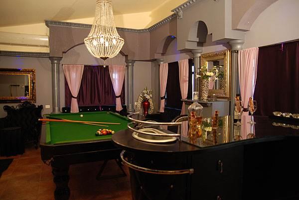 סוויטת בית הלורדים מאובזרת בפריטים הלקוחים ממועדון לונדוני יוקרתי </br>(צילום: יח