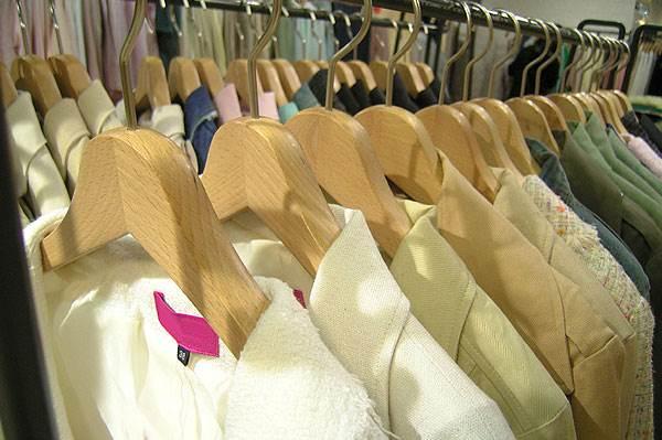 מעילים וחליפות יש לעטוף בכיסויים ולתלות בארון על מוט התלייה (צילום: אילוסטרציה)