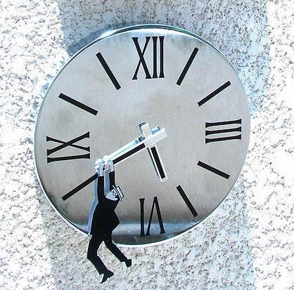 שעון קיר מיציקת נירוסטה במראה קריר ומינימליסטי </br>עם קריצה קומית, ארביטמנס</br>(צילום: יח