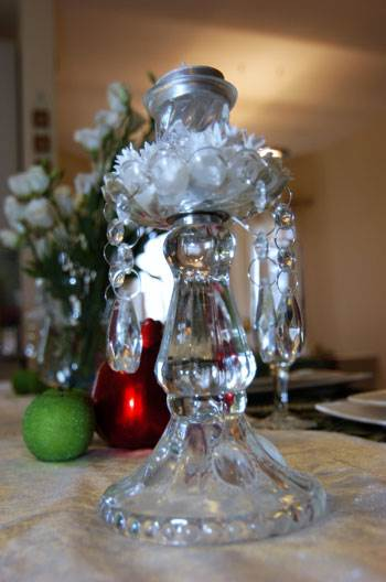 נרות דולקים על שולחן החג יסמלו את יסוד האש (צילום: איתי סיקולסקי)