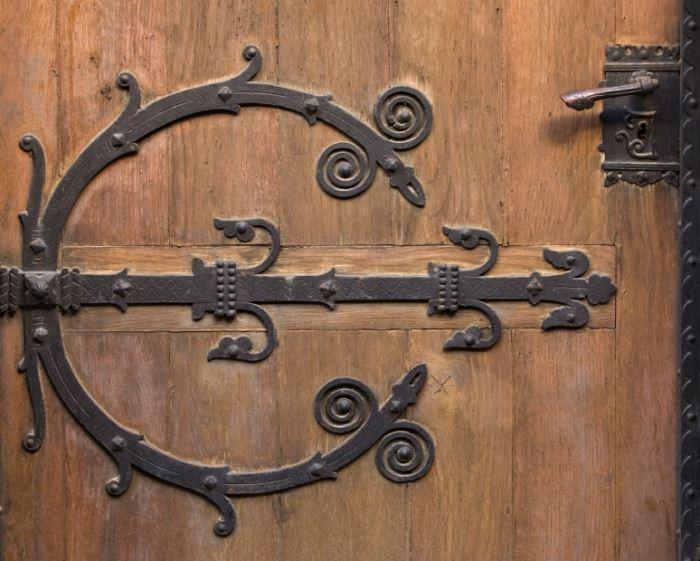 ניתן לבחור או לעצב דלת עץ בהתאם לטעם האישי, ולהתקין בה בריחים ומנעולים מתוחכמים על מנת להפכה לדלת ביטחון.