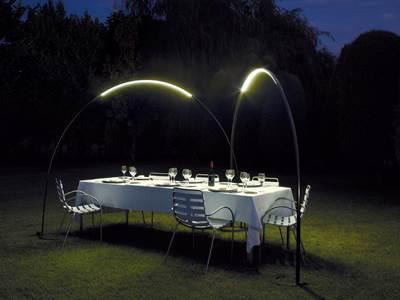 """גוף תאורה קשתי לגינה, מקולקציית הקיץ של קמחי תאורה, (צילום: יח""""צ)"""