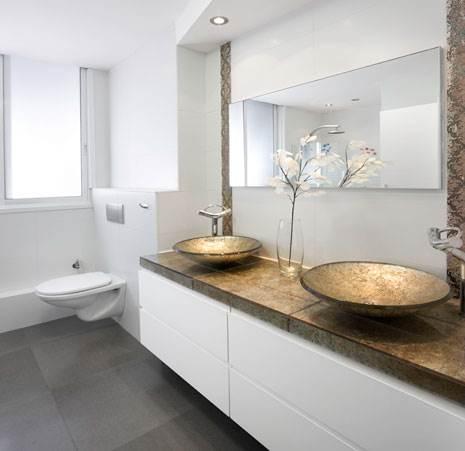 הצבע הלבן יוצר תחושה של מרחב וניקיון. חדר האמבטיה (צילום: אלעד גונן)
