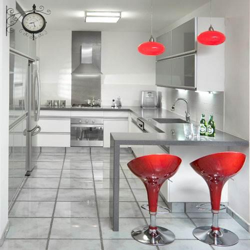 עיצוב בקווים נקיים, מקומות אחסון נסתרים ותאורה בהירה. מטבח הדירה (צילום: אלעד גונן)