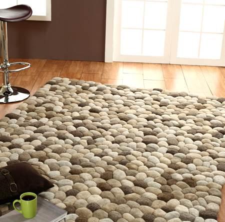 """שימוש בחומרים טבעיים המדמים הליכה בחיק הטבע. שטיח בדוגמת חלוקי נחל (צילום יח""""צ)"""