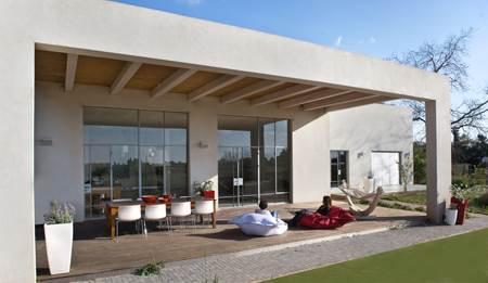 ויטרינה גדולה בפרופיל בלגי מפרידה בין האגף הציבורי לגינה המשקיפה על נוף פתוח וירוק (צילום:עמית גושן)