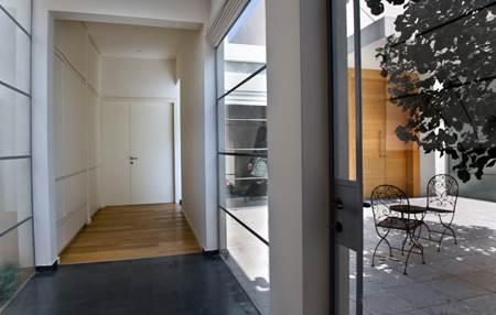 רחבת הפטיו העומדת במרכז ארבעת האגפים וממחישה את סכמת התנועה של הבית בצורה הכי מובהקת (צילום: עמית גושן)