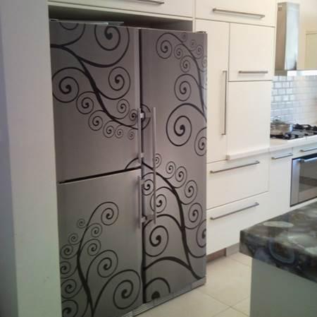 """גם המקרר יכול להפוך לאלמנט עיצובי. מדבקות למקרר של """"אבי אריאלי"""" (צילום:יח""""צ)"""