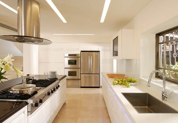 צבעים נקיים, ידיות אינטגרליות ותחושה חזקה של מרחב. מטבח הבית (צילום:אסף הבר)