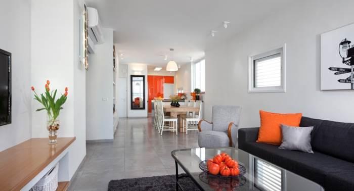 שילוב של שלושה צבעים מרכזיים- אפור, לבן וכתום- משחק אשר חוזר על עצמו בכל חללי הדירה (צילום: שי אפשטיין)