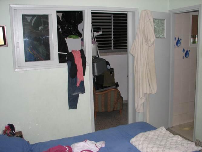 קיר גדול הפריד בין חדר השינה למרפסת צרה ולא מנוצלת. יחידת ההורים לפני השיפוץ