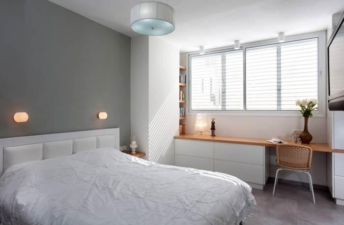 מיזוג המרפסת עם חדר השינה יצר חלל גדול ומרווח המכיל גם חדר ארונות ופינת עבודה (צילום: שי אפשטיין)
