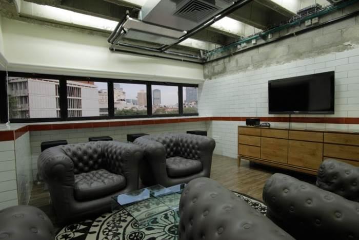 התחיל כמשרד עם קונספט של בר אפלולי. חדר הישיבות בחלל הישן (צילום: יח