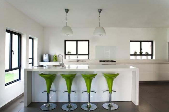מטבח עם אי גדול שמאפשר לכל בני המשפחה לבשל ביחד. מרחב מודרני ונעים לבישול, אכילה, שיחה ומנוחה (צילום: טל ניסים)</br></br></br>