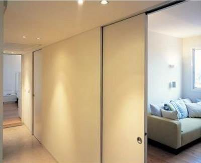 דלתות הזזה שנראות כמו חלק אינטגרלי מהקירות, בעלת פינות אלומיניום מיוחדות שמגיעות עם הכיס, מגינות על פינות הקיר ומייצרות מראה אחיד והרמוני של פתח ללא משקוף (צילום באדיבות סטאטו)