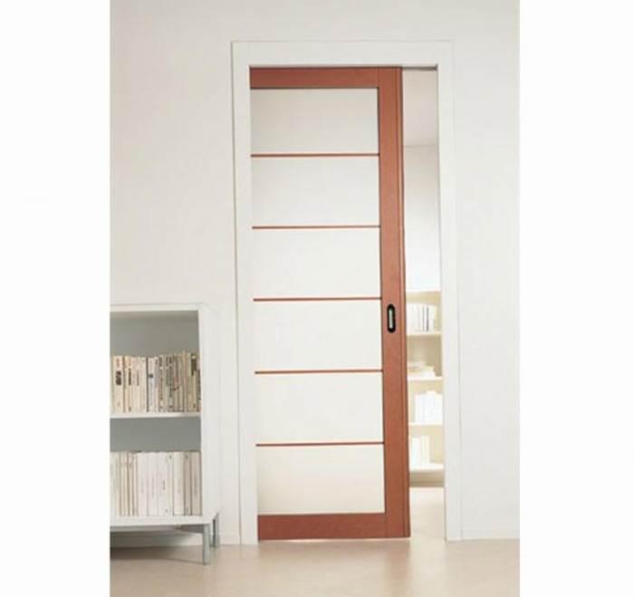 דלת הזזה base של סקריניו: מנגנון קלאסי ופשוט. דלת בודדת שנכנסת לתוך כיס מתכת מגלוון, וכוללת הלבשות עץ חיצוניות. מתאימה במיוחד לאמבטיה, מטבח וחללי אחסון (צילום באדיבות סטאטו)</br></br>