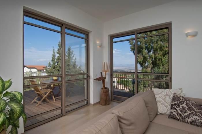 דלת הזזה בלגית של קליל 7300. הדגם הפופולארי ביותר, מתאים במיוחד בסלון, במטבח וביציאה למרפסת (צילום באדיבות קליל)