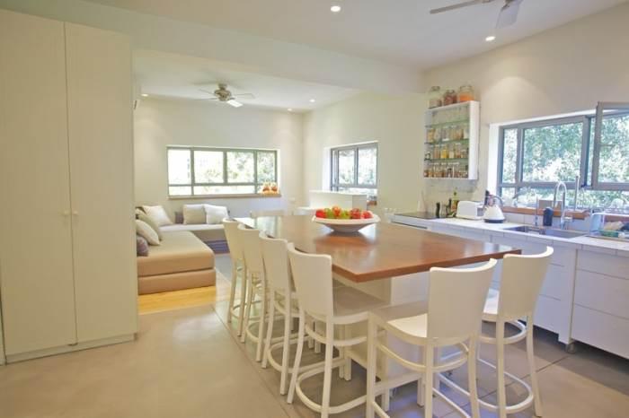 מטבח הבית עם האי שבמרכזו משמש כאזור האכילה והארוח בבית(צילום: דרור כץ)</br>