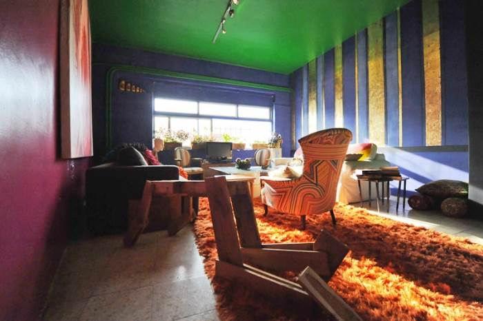 הצבעים העזים בשילוב עם יצירות האומנות יוצרים מראה בוהמייני ולא שגרתי. ביתו של אמן הקרמיקה סמי די (צילום: עמרי אמסלם)