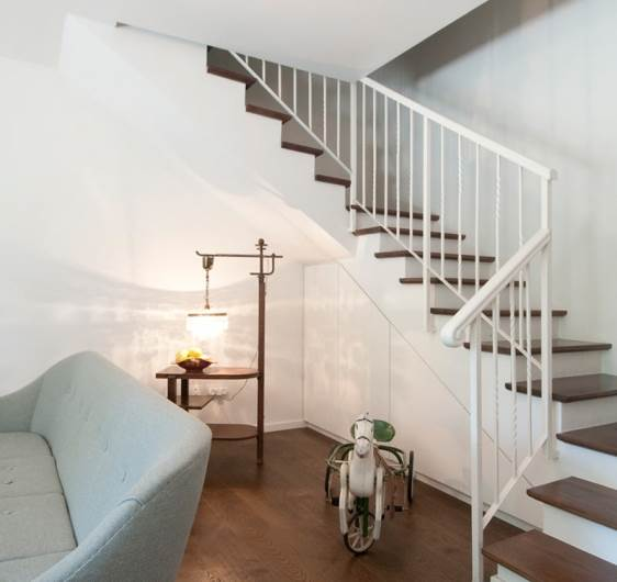 חיפוי השיש פורק ובמקום הונח על המדרגות מדרך מעץ בגוון של הפרקט, את האזור שמתחת למדרגות ניצלו לארון אחסון. </br>
