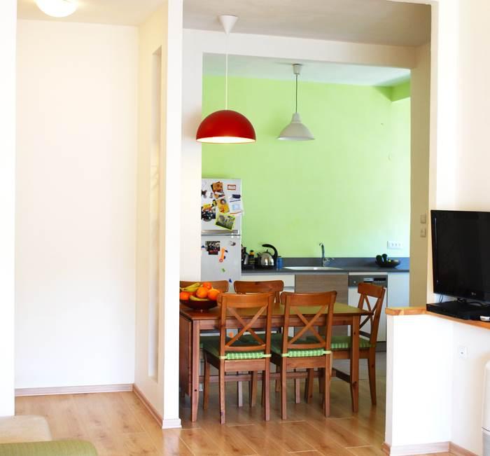 אחרי השיפוץ. קיר המטבח נצבע כולו בירוק (צילום: שירה גזית)