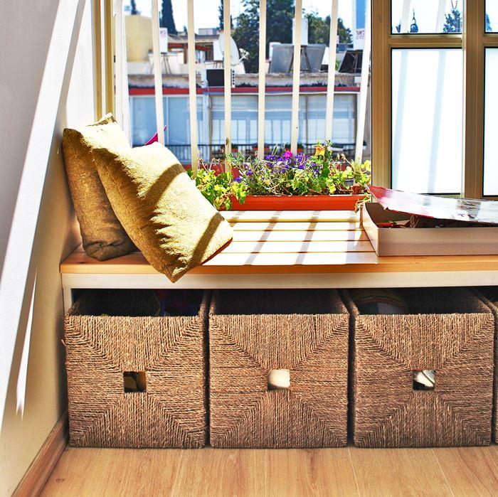 מתחת לחלון המואר ניצב ספסל המאפשר רביצה נינוחה לאורך כל שעות היום (צילום: שירה גזית)