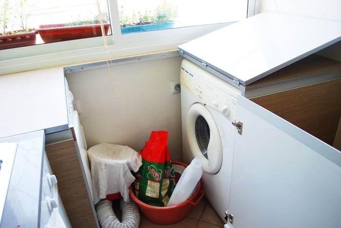 לפני השיפוץ - מכונת הכביסה והמייבש שולטים בחלל