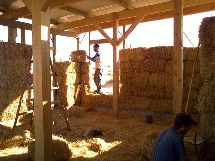 הרמת קירות, בגודל של 130 מר לדוגמא, נמשכת כשבעה ימים. בית מקש בבאר מילכה (צילום ותכנון: נאוה בז