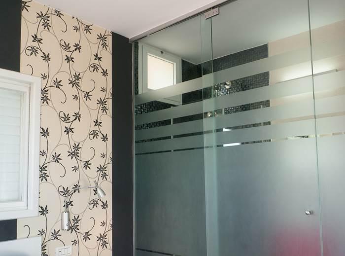 טפט שחור לצד טפט בעל דוגמת פרחים. חיפוי יצירתי בחדר השינה של ההורים