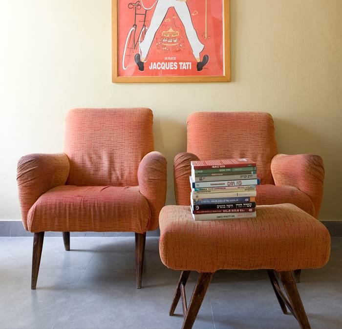 רופדו מחדש על ידי בעלת הבית. הכורסאות בסלון