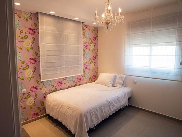 חדר השינה של הבת עם טפט פרחוני ווילונות של דומוס ארט