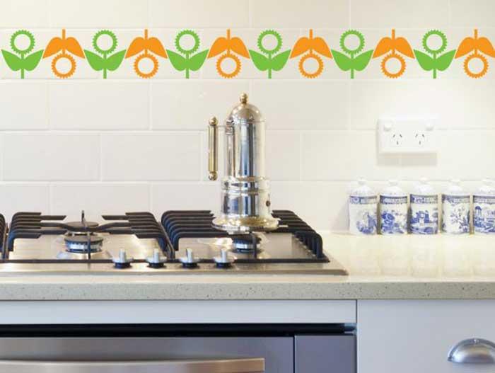 גם אריחים במטבח אפשר לעטר בעזרת מדבקות מעוצבות. צילום: סטיק דקור