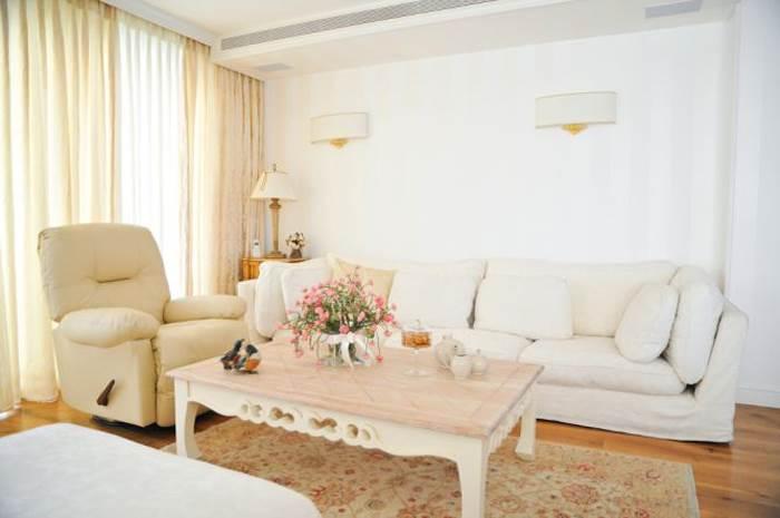 שטיח בהיר יכול להשתלב נפלא בסלון. סלון בסגנון פרובנס קלאסי בעיצוב ליהי שמאי