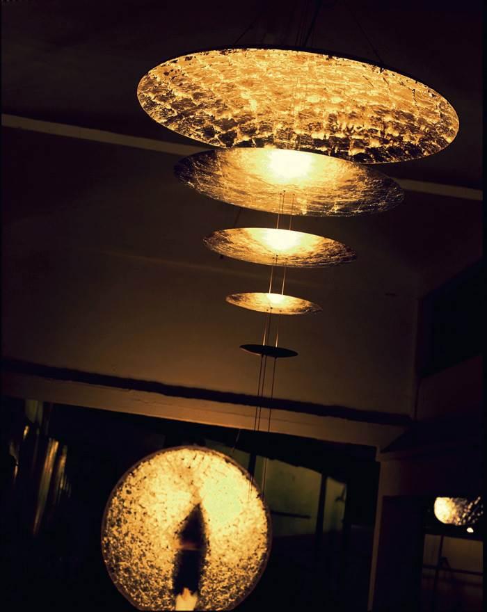 גוף תאורה לתלייה מבית קמחי תאורה, מדגם MDA, המצופה בעלי זהב מוצע ב-30% הנחה</br>