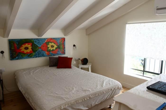 חדר השינה של ההורים מוקם בעליית הגג עם הרבה אור וקריצה לעולם הימי