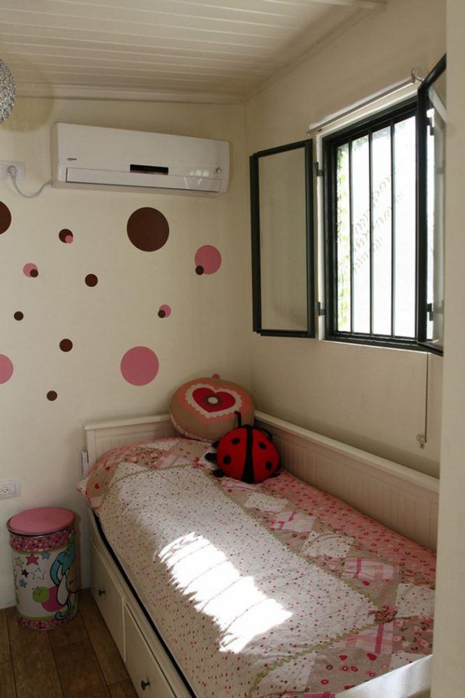 חדר הילדים ממשיך את הקו העיצובי של הבית בתוספת קיר עליז במיוחד