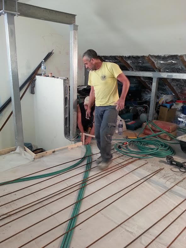 מכינים את תשתית הרצפה לריצוף.