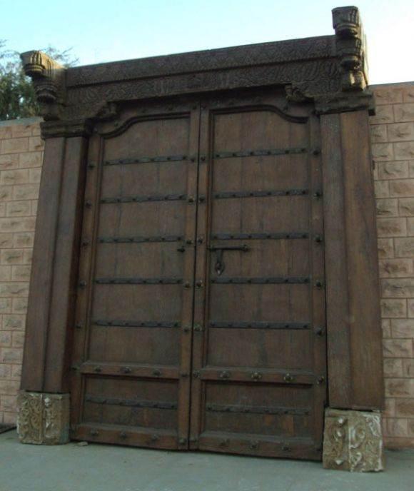 דלת רחבה לחזית הבית בעלת קווים נקיים ועדינים, אשר משולבים בה עיטורים וקימורים. הימלאיה - אוצרות מהמזרח