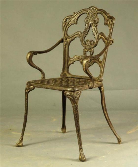 בפינת האוכל או בסלון? כסא מתכת מוזהב במראה יוקרתי ומלכותי, העשוי כולו גילופים ועיטורים. הימלאיה - אוצרות מהמזרח
