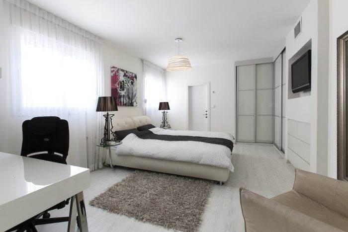 מראה חמים ומודרני בחדר השינה: שילוב של שחור-לבן עם נירוסטה