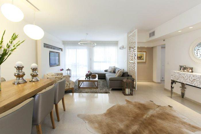 שילוב אלמנטים של ספארי כמו שטיח עם דוגמת פרה. מבט מהכניסה לדירה