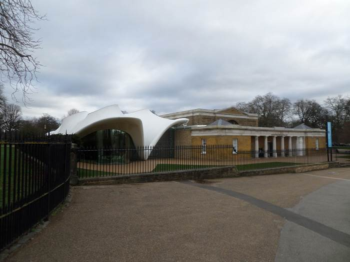 Serpentine Sackler Gallery המבנה הניאו קלאסי עם התוספת של Zaha Hadid.