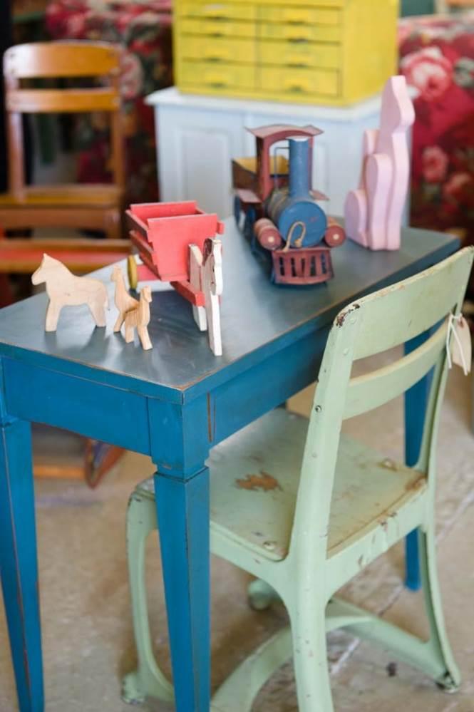 כסא ושולחן נפתח לילדים משנות ה-40. אלון ומתכת. להשיג ב Back Yard.