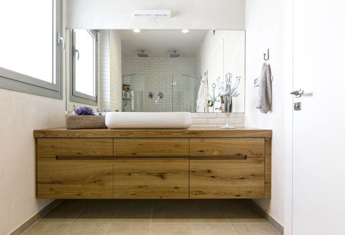 ארון אמבטיה רחב עם מקום רב לאחסון: חדר הרחצה של ההורים. ריצוף ובריקים: נגב, ארונות אמבטיה: ארונא, סטיילינג: איפאה