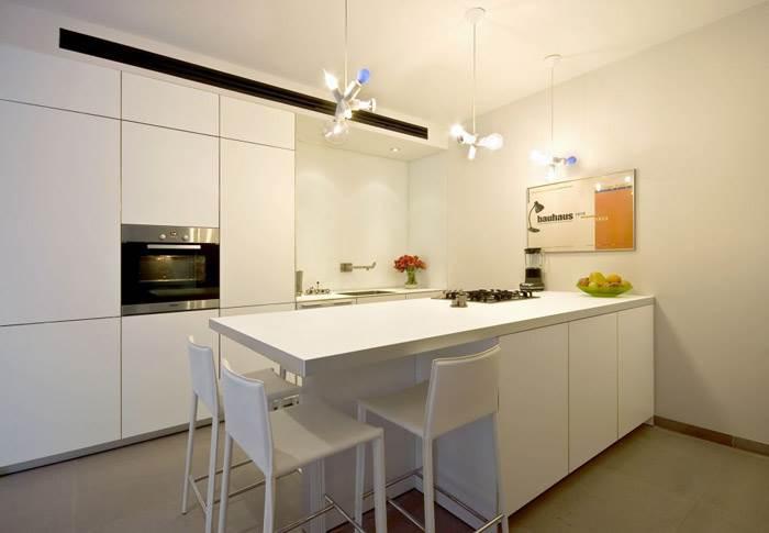 מטבח מפורמייקה של חברת BULTHAUP בדירה בתל אביב. וי סטודיו אדריכלים- גיא וליקסון ודוד עזוז. צילום: מושי גיטליס.