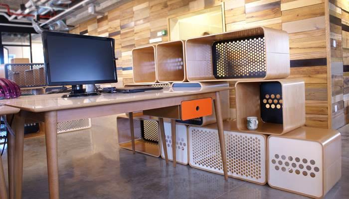 שולחן עבודה BERTA- פלטה עליונה וחזית מגירה בחיפוי פורמייקה. צולם במשרדי חברת FIVERR. להשיג ב RACK & TACK, מותג עיצוב לריהוט משרדי ולחללי עבודה פרטיים.